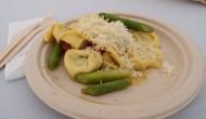 Ravioli s grilovanou špargľou, rajčinami a syrom grana padano