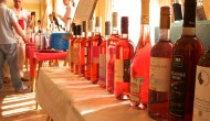 Ružové víno presvietené slnkom