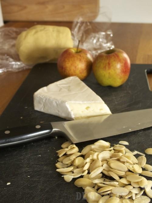 Základné suroviny - brie, mandle a jablká