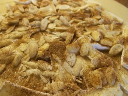 Potom pridať mandle, trstinový cukor a škoricu
