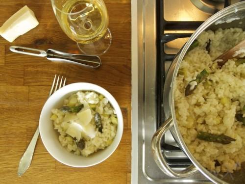 Hotové špargľové rizoto s parmezánom, tramínom a verjusom