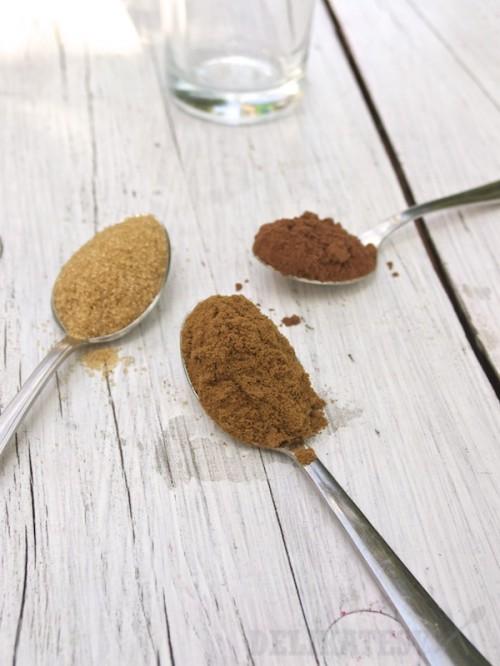 Zľava: trstinový cukor, vitakáva a nealkalizované kakao