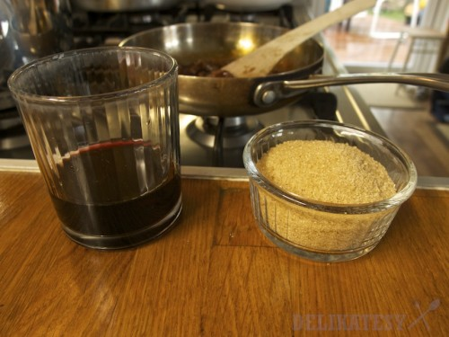 K cibuli trstinový cukor a červené víno